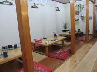 鮨・あつ賀 - お店は入り口近くの個室とカウンター、それと掘りごたつ式のテーブルがありました