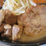 J-LOW麺 - 豚は、炙られた大判が1枚とほぐし(ブロック?)。