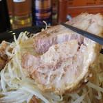 J-LOW麺 - 厚切りなのに箸で持ち上げるとやわらかくてすぐ型崩れ。