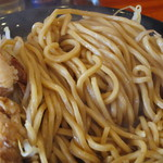 J-LOW麺 - バツバツと歯切れのいいエッジが立った太麺。