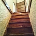 燕楽 - 燕楽名物「急で狭い階段(笑)」※1Fからパシャリ