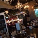 paris食堂EPICES~cocote&Tagin~ - シャンデリアが贅沢な、エキゾチックな店内。