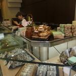 菓子舗 日影茶屋 - 竹皮に包まれたお弁当もありました