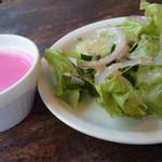28700394 - 優しいピンク色のビーツとじゃがいもの冷製スープ、新鮮サラダ