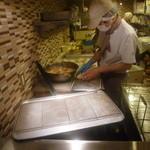 カフェ ベルベ - ガラス越しでパンを作っているところが見られます