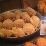 カフェ ベルベ - 店頭にはたくさんの丸ごとエビカレーパン
