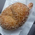 カフェ ベルベ - 「丸ごとエビカレーパン (275円)」 尻尾がちょこんとかわいい!