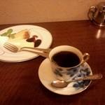 28705972 - ブレンドコーヒー(ストロング)とケーキセット(プリンケーキとこってりチーズケーキ)