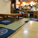 辨慶 - 入って左は、カウンター、右に小上がり、4人用座卓が4っ