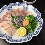 でん - 春が旬の鯛の薄造り。自家製ポン酢と自家製紅葉おろしで