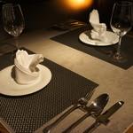 オステリア ブッビーノ - テーブルはイタリア産のタイルを使用
