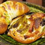 パン屋航路 - ししとうとカリカリベーコンのフォカッチャ、 枝豆とベーコン、