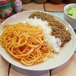 KAMMO Curry+Cafe Asakusa - カレーとナポリタンのハーフ&ハーフ(1000円) カレーは浅草キーマカレー