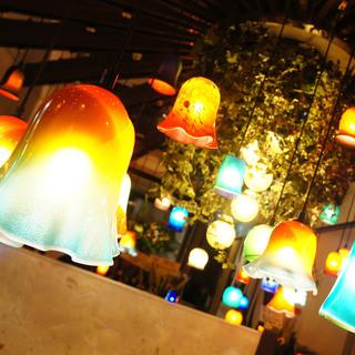 琉球ガラス照明が煌めくオシャレ空間