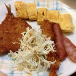 らいらい食堂 - 定食のメイン。アジ、卵焼き、ソーセージ、エビフライ