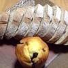 ユゴー・エ・レオ - 料理写真:フランス田舎パン(切った後)とブルーベリーマフィン