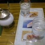 川志満 - テーブルは小さめですが休憩するにはちょうど良し