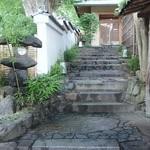 祇園畑中 - 玄関までの石畳みの階段