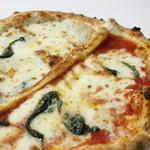 Pizzeria del Re - 【ピッツァ・パッツァ】マリゲリータとクワトロ・フロマッジのハーフ&ハーフ