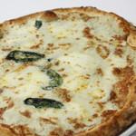 Pizzeria del Re - 【クアトロ フォルマッジ】4種類のチーズ(ゴルゴンゾーラ、モッツァレラ、クリームチーズ、パルミジャーノ)