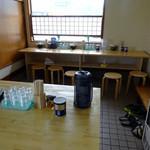 大島 - 「大島」テーブル席とカウンター席