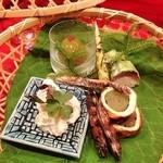草喰 なかひがし - 空豆の白和え、焼き紫豆、水蕗の湯葉巻、鰹腹子、鯖寿司、青梅葛餡
