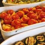 ピアノピアーノ - オープンキッチンのカウンターには、毎日十数種類の季節の野菜を使った前菜が並びます。