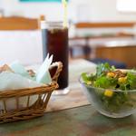 ファミリア - ランチのミニサラダ、パン、ドリンク
