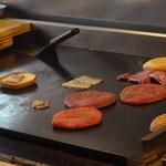 ワントバーガー - 肉を焼いているところ