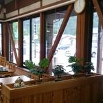 道の駅 白馬 - 店内は山小屋風。