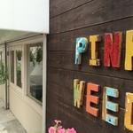 ザ ピンク ウィードカフェ - 西側の店名プレート