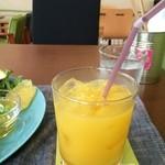 ザ ピンク ウィードカフェ - ドリンクは、オレンジジュースで