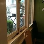 ザ ピンク ウィードカフェ - 席から見た店内風景①