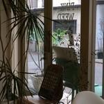 ザ ピンク ウィードカフェ - 中から見た入り口