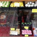マルヤ - 和菓子が並びます