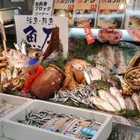 元祖 海鮮市場 えびす丸熊本総本店 - 全幅3メートルの巨大海鮮台には朝獲れ鮮魚が所狭しと並んでいます。