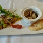 箱根ハイランドホテル ラ・フォーレ - サザエとアスパラの炒め物に、マッシュルームと肝のアヒージョ
