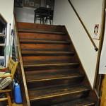 ぼちぼちいこか増毛舘 - 築70年の階段です(足を滑らせて落っこちそう)