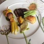 28764927 - スズキはこんがりと塩味が効いている、憧れの花ズッキーニを食すことができて幸せ。ファルシは帆立の旨味がぎゅっと。