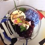 28765118 - 誕生日祝いで花火付き。チェリーは瑞々しくバニラはさっぱり。紫陽花が映えます、カタツムリ可愛い。