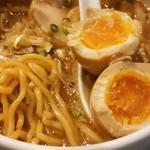 あらとん - 中太ウェーブ麺と味玉