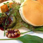 Vege - 彩り野菜とVegeハンバーグのパンケーキ