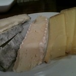 Wine Bar Latino - チーズ盛り合わせ、青いところも混ぜてもらいます。美味。