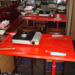 風雲火鍋城 - カウンターとセットアップしたテーブル。中国のカラーである赤色を基調に!
