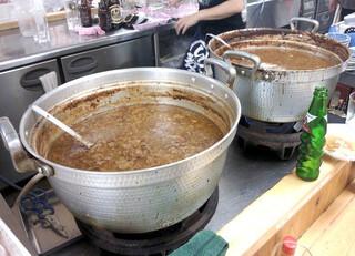 もつ焼 でん 水道橋店 - カウンター内の煮込み鍋