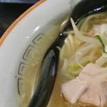 28784060 - 満洲味・塩ラーメンスープ・丼の縁に脂の層(2014.03)