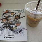 ローソン 西宮甲子園九番町店 - タイガースグッズカタログも置かれています。