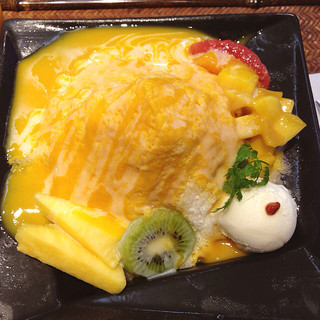 香港スイーツ ZEN 采蝶軒 大丸東京店 - ココナッツアイスとフルーツがトッピングされてます。