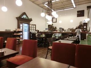 前田珈琲 本店 - 天井が高いです