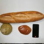バンテルン - バタール、八女抹茶マロンパン、粒苺のジャムパンと大きさ比較のiphon